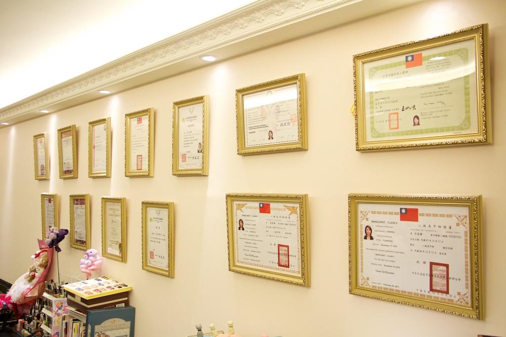 挂满证照及奖状的荣誉墙