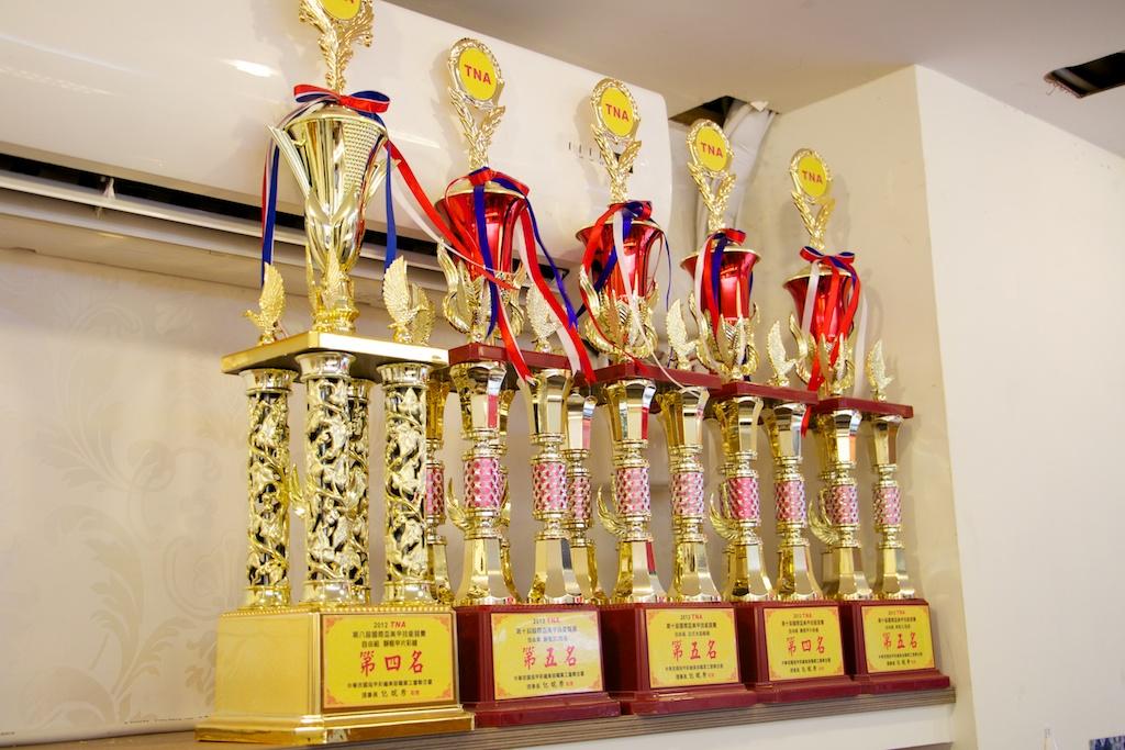 店里有许多参加美甲比赛获奖的奖杯图片